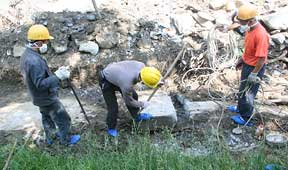 workers-prying-slab